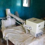 Gefährliches, altes und unpräzises Röntgengerät mit Röntgenbild-Entwicklereinheit
